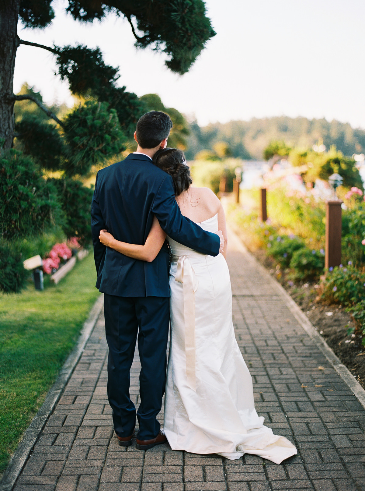 Golden hour portraits at a classic Kiana Lodge wedding by Anna Peters
