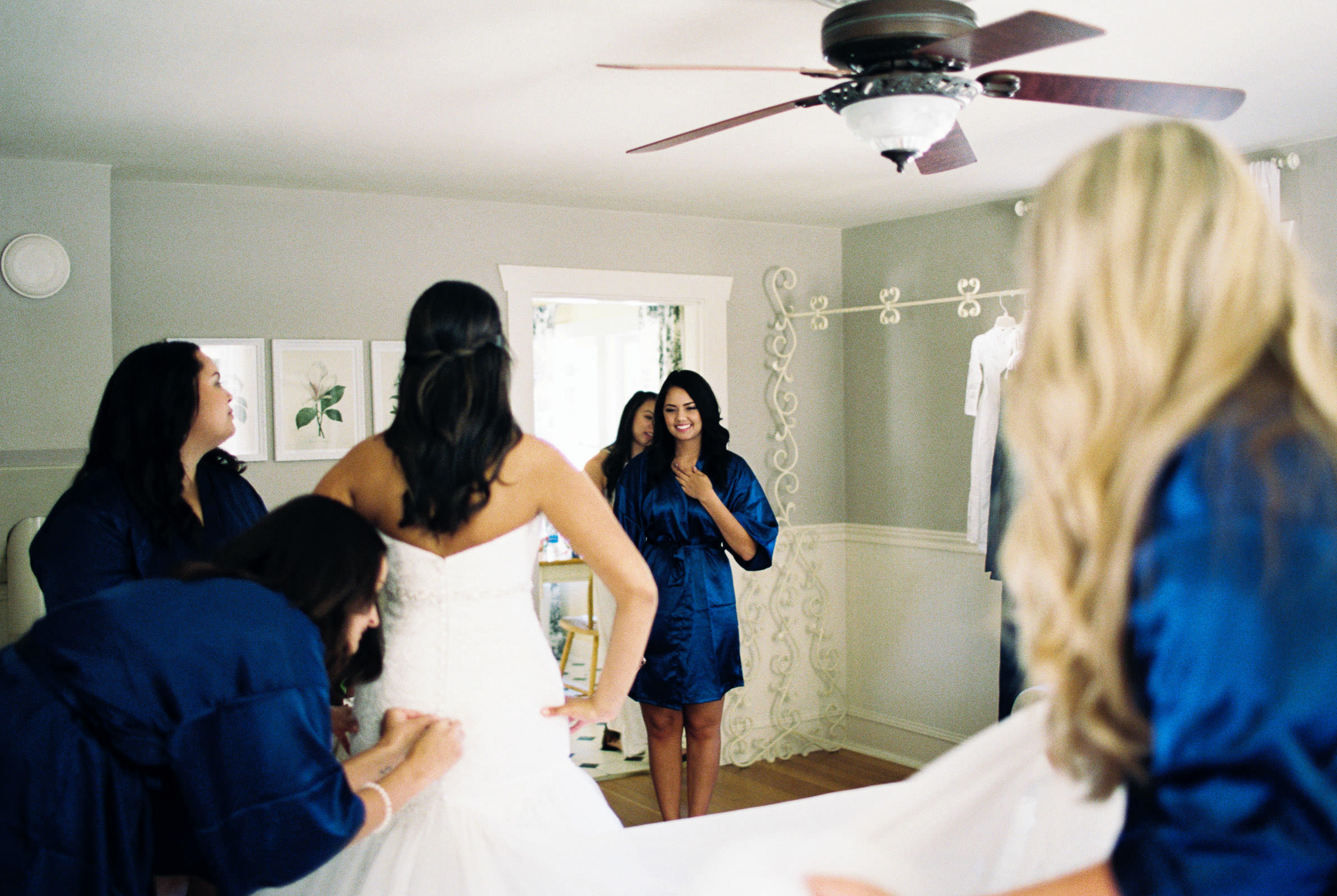 Getting ready at Kelley Farms Bridal Cottage | Seattle Wedding Photographer Anna Peters