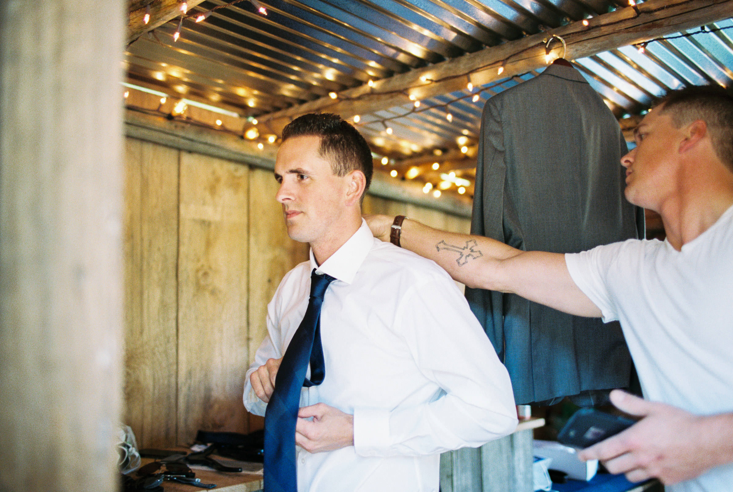 Getting ready at Kelley Farms | Seattle Wedding Photographer Anna Peters