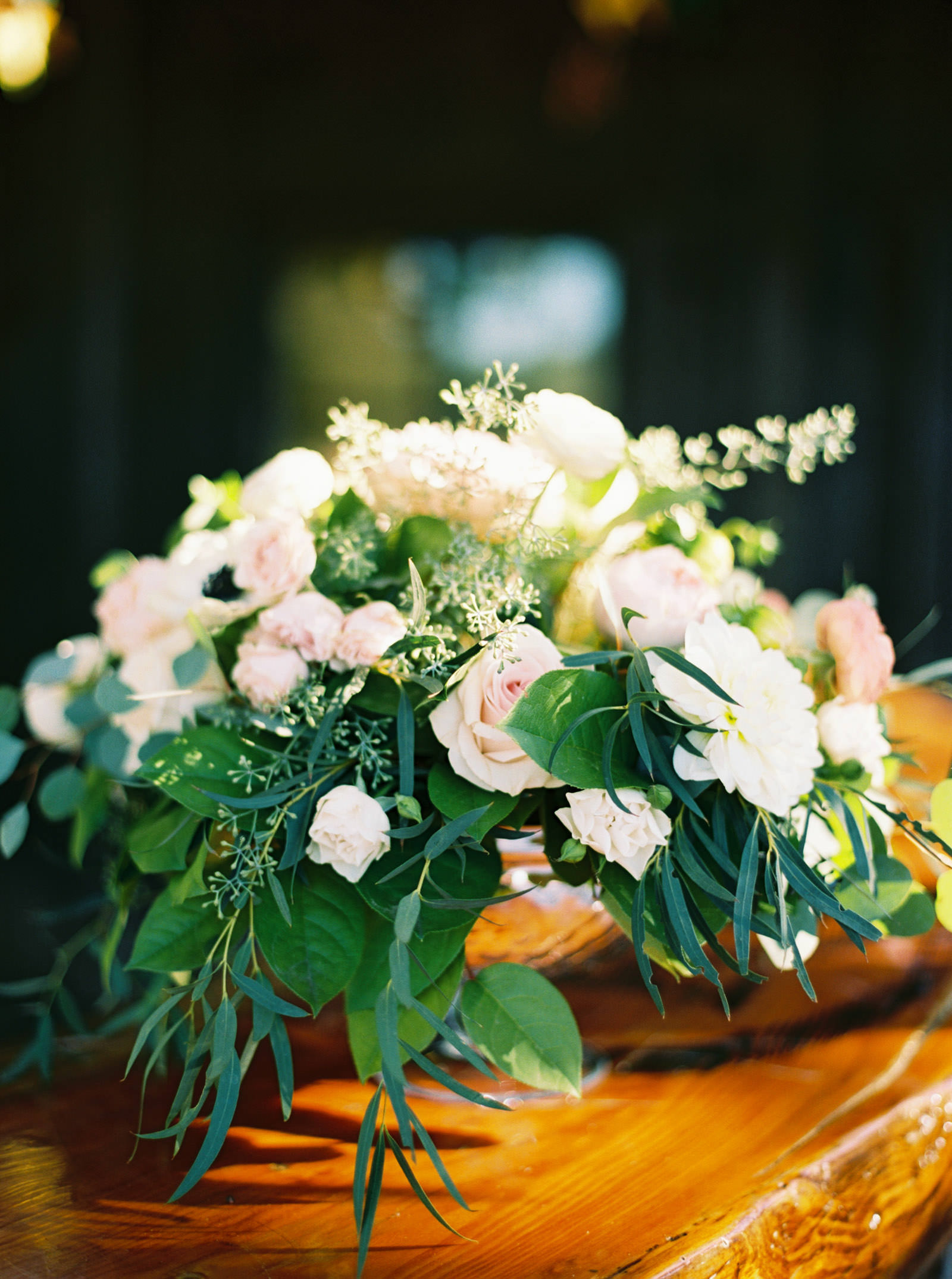 Blush and coral floral centerpiece at Kelley Farms | Seattle Wedding Photographer Anna Peters