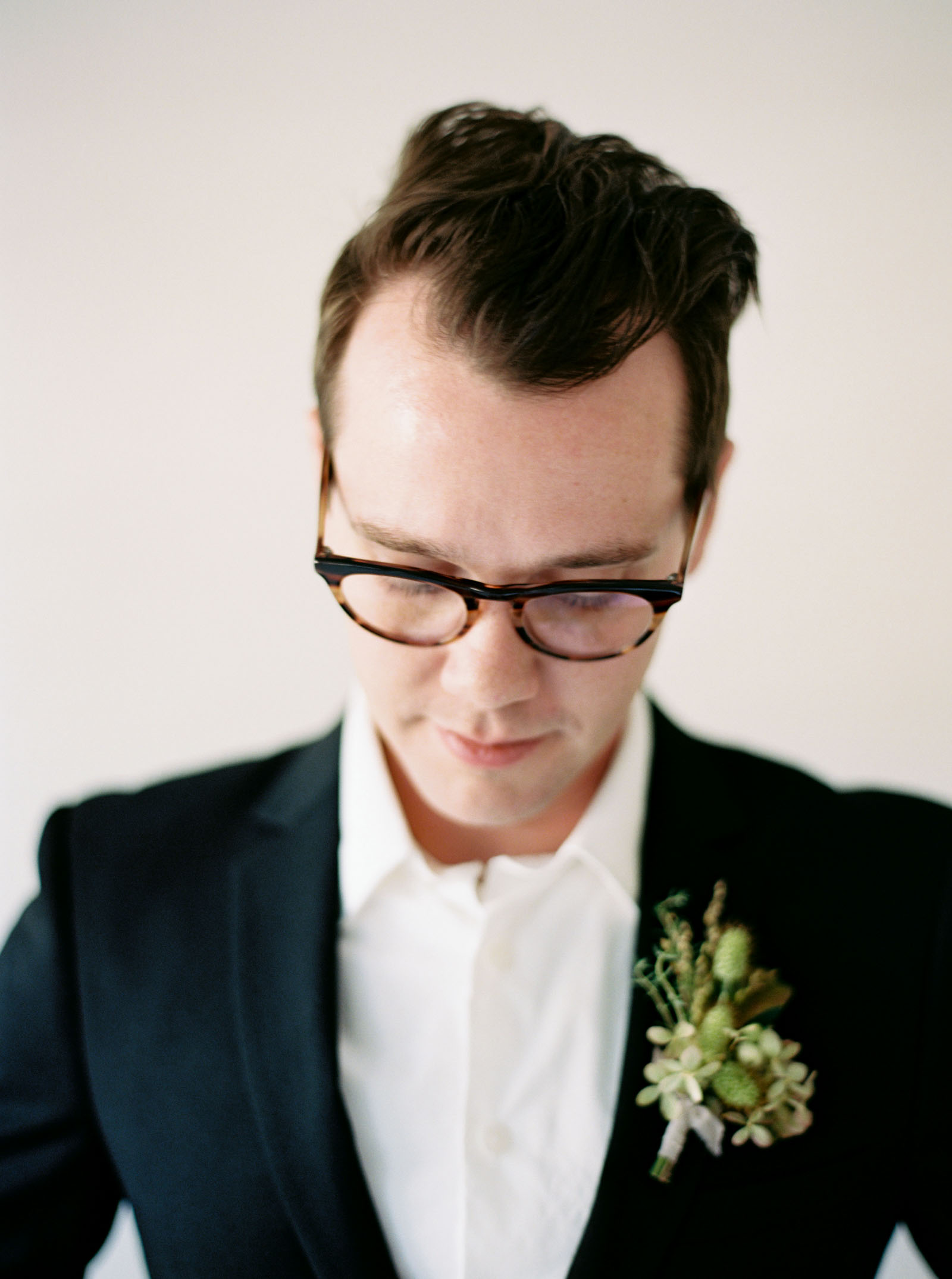 Groom getting ready for a Seattle Wedding by Anna Peters